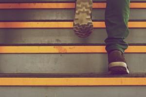 pieds montent escalier